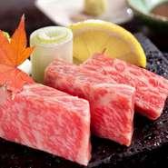 """黒毛ブランド和牛""""壱岐牛""""のサーロインステーキです。甘みと、舌の上でとろけていく食感がたまりません。富士山の溶岩石でできたプレートの上で、焼くところから愉しめます。"""