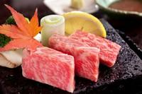 ・最高峰黒毛和牛と旬野菜を      富士山の溶岩石で召し上がれ ・大分竹田の棚田米の天日干しを      釜炊き御飯で ・特製味噌汁と漬物三種