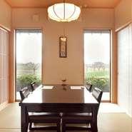 どのような方も心地よい時間を過ごしやすい、座りやすく立ちやすい低めのテーブルと椅子になっています。