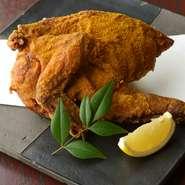 鶏の様々な部分が楽しめます。手でダイナミックに割いて召し上がれ。カレー塩がアクセントです。