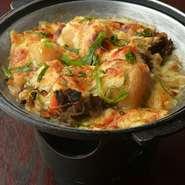 手づくりの肉じゃがに味噌とマヨネーズ、チーズをのせて鉄板で運ばれます。味噌とチーズの相性が抜群!
