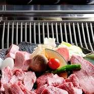 網の中に水が流れているため、網がほとんど焦げ付かず、肉本来の味で焼くことができます。遠赤外線でふっくらジューシーに焼き上げ、煙があがらないのも特徴。換気による肉の不要な乾燥を防げます。