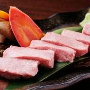 松阪牛と黒毛和牛を扱う本格焼肉店です。肉に精通した店長が厳選して仕入れています。マキ・ミスジ・ランプなど特に希少な部位を食べられることもあります。上タン塩もあります。