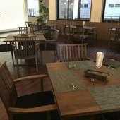飛騨の家具メーカー「Shirakawa」テーブルを使用した寛げるお店