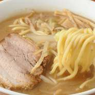 信州の白麹味噌で仕上げたスープに炒め野菜をトッピング。幅広い年代の方に親しまれる味です。