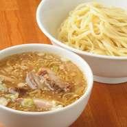 うどんで有名な富士吉田の製麺所の麺を使用。麺のボリュームを選べます。画像は極太麺250g(約1.5玉)。