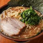 甘露醤油と豚骨を組み合わせたオリジナルスープが美味しさの決め手。看板メニューのひとつです。
