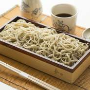 会津産の「会津のかおり」を挽きぐるみにし、独特の技法「外・八厘」(そと・はちりん)で打たれた蕎麦。
