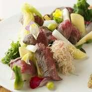 炙られて旨みたっぷりの和牛と旬の野菜が一皿に。自家製ドレッシングが食材を引き立て絶妙な味わいに。