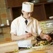 ソムリエ資格をも持つ、実力派日本料理人の店主。提供する料理に合う厳選ワインが味わえます。