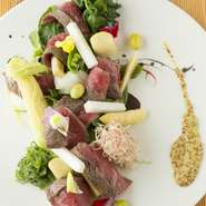 肉や魚、野菜、蕎麦など、豊かな自然が育んだ食材の旨みが存分にちりばめられた料理が味わえます。