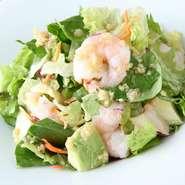 薬膳アドバイザーの資格をいかし、料理にも食べ合わせに気遣ったものを出しています。『海老とアボカドのサラダ』は、体を冷やしてしまう生野菜に、体を温めるとされている生姜のドレシングをプラスしています。