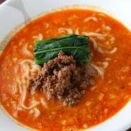 ラー油を自家製にするほど、辛さにこだわった『坦々麺』は、奥深い辛みがあと引く旨さ。お好みによって調節もできます。ほっとなごむ味わいの『里芋餅』やデザートなど、手づくりのやさしい味のメニューもあります。