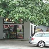 クルミの大木が目印、スクエアな外観がオシャレな洋食レストラン