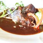 煮込み用ソースに料理用でない本格赤ワインを使用。半日煮込んだ柔らかい肉に風味豊かなソースが絡みます。
