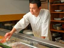 肩肘をはらずににぎりが楽しめ、若い人やカップルに人気の寿司店