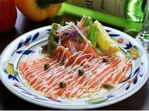 見た目が華やか、地元の野菜を添えた『サーモンカルパッチョ』