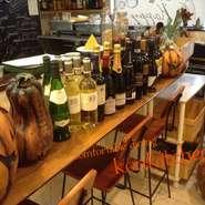 イタリアンワインを中心に、フランス、今話題のアメリカンワイン等、厳選したワインを取り揃えています。ペルチェ方式のワインセラーで保存されているのでいつでもベストな状態のワインをお楽しみいただけます。