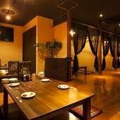 アジアンでカジュアルな雰囲気の空間で、楽しく語らう