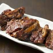 『骨付カルビ』は、豊富なメニューが自慢の【楽園 柳川】の中でもイチオシの一皿。ニンニク香る秘伝の醤油ダレに付け込んで、炭火でじっくりと炙った香ばしいカルビが、子どもから大人まで大人気です。