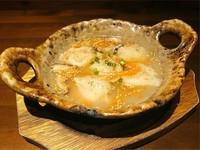 じっくり時間をかけて煮込んで仕上げた楽園オリジナル豚骨スープと、厚め皮の特製餃子の相性が抜群。