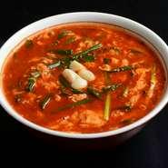 鶏ガラをベースにしたスープに、秘伝の辛味タレを加えた人気の一品。好みにより辛さの調整も可能です。