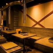 オープンなテーブル席は2名様のデート利用から10~14名様の団体様におススメです!目の前の煙突、ベンチ下にはゆったりとした収納が有り焼肉の匂いも付きにくいです!