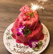 うしごろオリジナルの肉ケーキやスパークリングワインを楽しめるコースのご用意もございます。   新橋で大切な人の誕生日や記念日などの際には是非おまかせください。