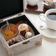 食後のコーヒーには、必ずお茶菓子三種類がついてくるそう。どれもがひとつまみで食べられるものばかり。