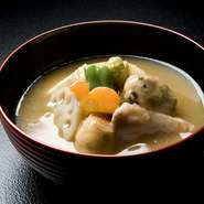 石川県の郷土料理『治部椀』は、合鴨と旬菜を使った心和む一品。甘味を少し抑えてあるので出汁の旨みが際立つ美味しさ。ランチメニューに+450円(税別)で、お吸物を『治部椀』に変更することもできます。