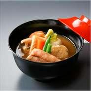 治部煮は、地の野菜や鴨を囲炉裏の鍋で煮た加賀の郷土料理でした。大志満ではこれを上品な椀物に洗練昇華させ「治部椀」の呼称でお愉しみいただいております。