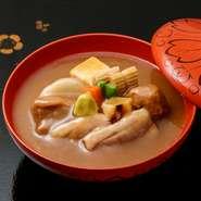 ひと手間かけたお料理の数々、季節感あふれる御菜が彩り豊かに盛り付けられたお弁当。
