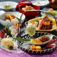 京懐石の流れを汲む加賀料理を堪能できる逸品。季節ごとの旬の食材をひとつひとつ丁寧に仕上げました。