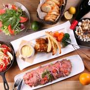 アクセスが便利な【EBISU GRILL Tefu Tefu 恵比寿店】。広々とした店内は最大80名まで入るので、2次会などの貸切パーティや宴会にもぴったりです。着席スタイルのビュッフェで、ゆったりと食事ができます。