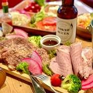 当店自慢の熟成ポーク。 香ばしく焼き上げられたお肉と低温調理でしっとりと肉質のローストポークがメイン。ビールやスパークリングワインが飲めちゃう2時間の飲放題付き。