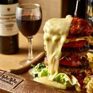 牛100%を使用したジューシーなハンバーグでトマト・アボカドを贅沢にサンドした贅沢な肉バーガー。仕上げに焼き立てのラクレットチーズをふんだんにかけてお召し上がりください。