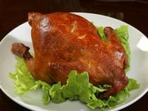 表面はカリッと、中はジューシーな鶏の丸焼き、北京ダック