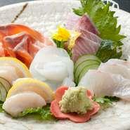 店主自ら仕入れた、高品質の鮮魚です。彩りよく、美しく盛り付けた逸品。目で、舌で季節を感じて。