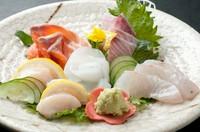 新鮮な旬のお魚が並びます。彩り鮮やかな『造り盛り合わせ』