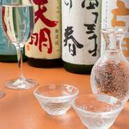 """お客さまにいろいろな日本酒をお楽しみいただけるように。その想いから【いつき】の日本酒のラインナップの多くが""""一期一会""""。料理に合った日本酒の紹介も可能なので、気軽に店主までご相談を。"""