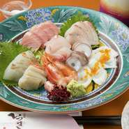 料理人自らが市場へ足を運び、厳選した旬の鮮魚。地元の海で獲れたものを中心に、その季節ならではの味わいで楽しませてくれます。