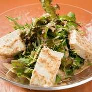 お店で手づくりした豆腐を使用したヘルシーなサラダ。特製のドレッシングが、豆腐の味わいを引き立てています。