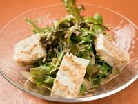 手づくりのこだわりを実感する『豆腐のサラダ』