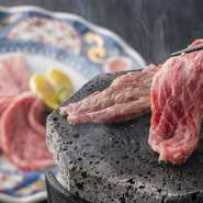 富士山の溶岩プレートで焼き上げる、上質なサーロイン肉。自分で焼く楽しさも醍醐味のひと品。繊細な味わいのお肉に、すだちを搾ってさっぱりと召し上がれ。