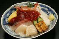 いかそうめんも寿司も両方食べたい! っていうよくばりなそんなあなたへ 豆腐サラダ・ミニいかそうめん・握り7貫(中とろ・白身・サーモン・いくら・他3貫)・岩海苔のお味噌汁