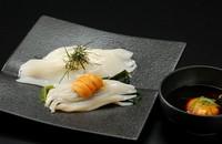 小樽塩谷の漁師さんから教えてもらった食べ方です。特製のたれに新鮮なうにと玉子を入れ、よく混ぜてお召し上がりください。特製のたれがいかの甘味をより一層引き出してくれます。