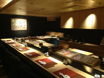 寿司屋はカウンターが一番!板前と旬の情報等の会話も楽しめます