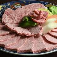 綺麗なサシが細かく網の目のように入っています。焼き始めると、脂がじんわりとろけて柔らかくなり、お肉のうまみが口いっぱいに広がります。