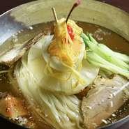 お肉でお腹を満たした、〆にはちょうどいい。丁寧に出汁から取ったスープには、あっさりとした中にもコクを感じられます。