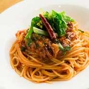 決まったメニューがほとんどない【Aldino】。メニューは、シェフが厳選したその日のおいしい食材でつくられます。『富山県産ホタルイカと菜花のトマトソース』のような、珍しい組み合わせのお料理に出会えることも。